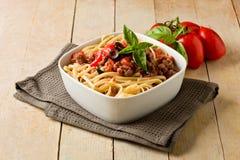 Deegwaren met de Italiaanse saus van het worstvlees stock foto's