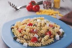 Deegwaren met de kaasolijven van de tomatengeit Stock Foto