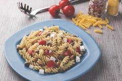 Deegwaren met de kaasolijven van de tomatengeit Royalty-vrije Stock Foto's