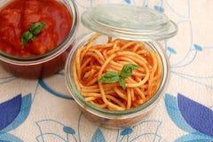 Deegwaren met een saus ot tomaten Stock Foto's