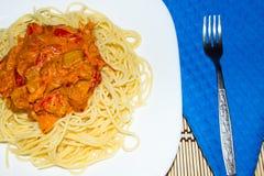 Deegwaren met een saus van eigengemaakte kip, paprika, wortel, en verse tomaten Stock Foto's