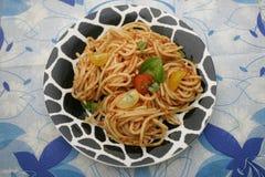 Deegwaren met een saus van tomaten Stock Afbeeldingen
