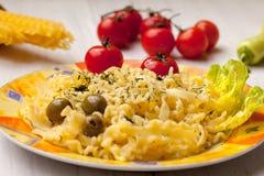 Deegwaren met gele kaas Stock Foto's
