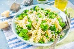 Deegwaren met groene groenten en kaas stock foto's