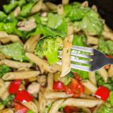 Deegwaren met groenten in een pan worden gekookt die Sluit omhoog Royalty-vrije Stock Foto's