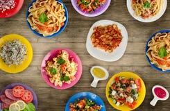 Deegwaren met groenten en saus op een tabl Stock Fotografie