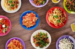 Deegwaren met groenten en saus op een tabl Stock Foto