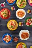 Deegwaren met groenten en saus op een tabl Stock Afbeelding