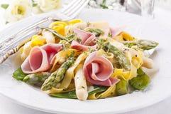 Deegwaren met ham en asperge Stock Fotografie