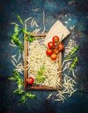 Deegwaren met ingrediënten voor het koken op rustieke achtergrond, hoogste mening Royalty-vrije Stock Fotografie