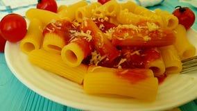 Deegwaren met ketchup, heerlijke kersentomaten, voedingsketchup traditionele het eten vork, het slow-motion schieten stock footage