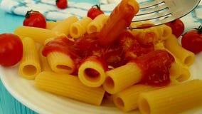 Deegwaren met ketchup, kersentomaten, voedingsketchup traditionele het eten vork, het slow-motion schieten stock videobeelden