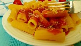 Deegwaren met ketchup, kersentomaten, vork, het slow-motion schieten stock video