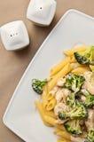 Deegwaren met kip en broccolischotel Stock Foto's