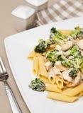 Deegwaren met kip en broccolischotel Stock Afbeeldingen