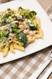 Deegwaren met kip en broccolischotel Royalty-vrije Stock Foto