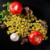 Deegwaren met knoflook, tomaten Stock Fotografie