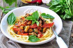 Deegwaren met mosselen, pepperonis, bacon, tomaat en basilicum Stock Foto's