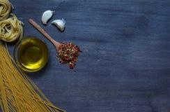 Deegwaren met olijfolie en specerij royalty-vrije stock foto