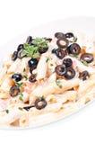 Deegwaren met room plantaardige saus en olijven Stock Foto
