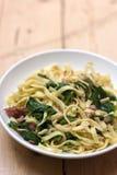 Deegwaren met spinazie en bacon Royalty-vrije Stock Afbeeldingen