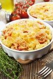 Deegwaren met tomaat en kaas worden gebakken die Royalty-vrije Stock Foto's