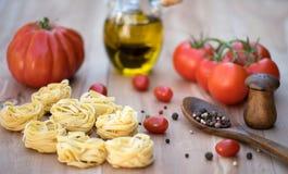 Deegwaren met tomaten en kruiden Stock Foto