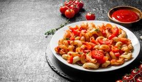 Deegwaren met tomaten, saus en thyme royalty-vrije stock foto