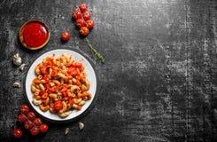 Deegwaren met tomaten, saus en thyme stock foto