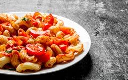 Deegwaren met tomatenplakken op een plaat royalty-vrije stock fotografie