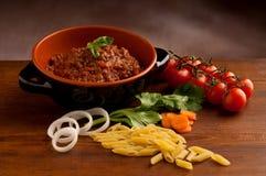 Deegwaren met tomatensaus op verfraaide lijst stock foto's