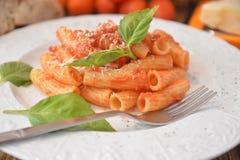 Deegwaren met vers de kaas Italiaans gastronomisch voedsel van het tomatenbasilicum op houten lijst stock afbeeldingen