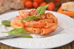 Deegwaren met vers de kaas Italiaans gastronomisch voedsel van het tomatenbasilicum op houten lijst royalty-vrije stock foto's