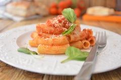 Deegwaren met vers de kaas Italiaans gastronomisch voedsel van het tomatenbasilicum op houten lijst royalty-vrije stock afbeelding