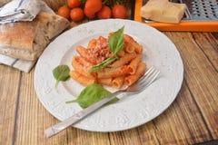 Deegwaren met vers de kaas Italiaans gastronomisch voedsel van het tomatenbasilicum op houten lijst royalty-vrije stock fotografie
