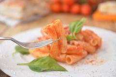 Deegwaren met vers de kaas Italiaans gastronomisch voedsel van het tomatenbasilicum op houten lijst stock fotografie