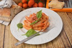 Deegwaren met vers de kaas Italiaans gastronomisch voedsel van het tomatenbasilicum op houten lijst royalty-vrije stock afbeeldingen