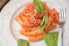 Deegwaren met vers de kaas Italiaans gastronomisch voedsel van het tomatenbasilicum op houten lijst stock foto
