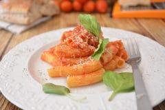 Deegwaren met vers de kaas Italiaans gastronomisch voedsel van het tomatenbasilicum op houten lijst royalty-vrije stock foto