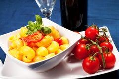 Deegwaren met verse tomaten Stock Foto's