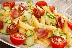 Deegwaren met vlees en groenten Stock Afbeeldingen