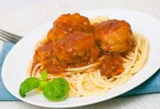 Deegwaren met vleesballetjes en tomatensaus Stock Fotografie