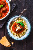 Deegwaren met vleesballetjes en tomatensaus en kaas, hoogste mening, rustieke stijl Stock Fotografie