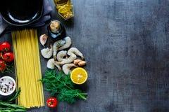 Deegwaren met zeevruchten stock foto's