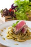 Deegwaren romige groene kerrie met tonijnlapje vlees royalty-vrije stock afbeeldingen