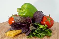 Deegwaren, tomaat, basilicum, munt op houten raad Royalty-vrije Stock Afbeeldingen