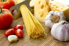 Deegwaren, tomaat en knoflook Stock Foto's