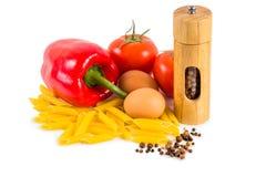 Deegwaren, tomaten en kruiden op een witte achtergrond Stock Afbeelding