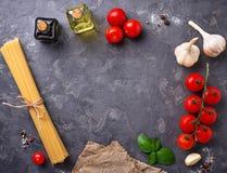 Deegwaren, tomaten, olijfolie en azijn Stock Foto