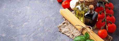 Deegwaren, tomaten, olijfolie en azijn Stock Foto's